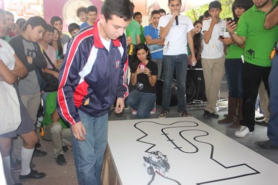 Alumnos de Jean Piaget en Feria de Mecatronica